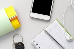 arbetsplats med telefon och anteckningsblock foto