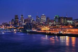 upplyst montreal stad på natten foto