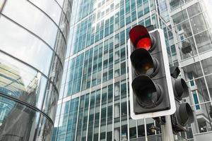 röd signal trafikljus för säkerhetsvägen i staden foto
