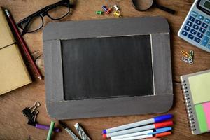 tillbaka till skolbakgrund med svarta tavlan foto