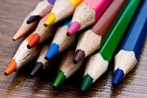 närbild av mångfärgade pennor bakgrund foto