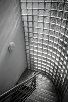 trappuppgång modernt stål med frostat glas foto