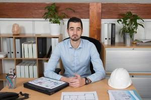 man som hanterar professionella kontor - ett byggjobb foto