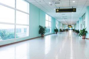 tom lång korridor i den moderna kontorsbyggnaden. foto