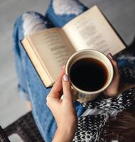 flicka som har en paus med kopp färskt kaffe foto