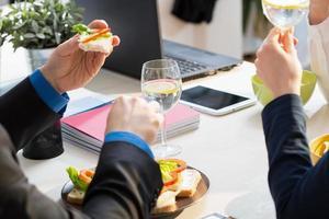 närbild av smörgåsar foto