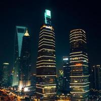skyskrapor och kontorsbyggnader på natten i Shanghai foto