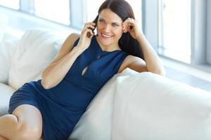 affärskvinna som pratar på sin mobiltelefon på kontoret.