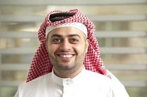 saudisk arabisk ung affärsman som står på kontoret foto