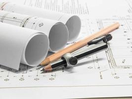 arkitektonisk ritning av kontorsbyggnad med pennor foto
