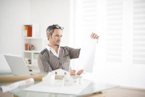 arkitekten arbetar på sin bärbara dator på kontoret foto