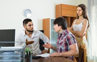 chef och par som pratar med allvarliga uppgifter på kontoret foto