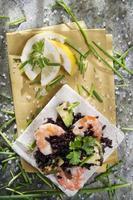 svart ris med räkor och zucchini foto