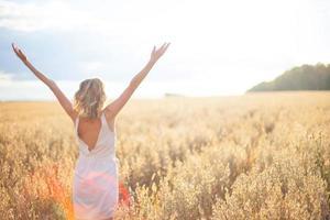 ung kvinna i vetefält foto
