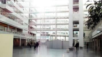 tittar på byggnadens interiör i det offentliga rummet foto