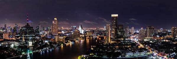 bangkok thailand mitt i horisont på natten med skyskrapor foto