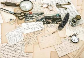 gamla handskrivna franska bokstäver och vykort, vintage office acc foto