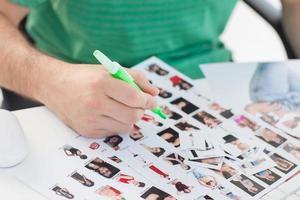 fotoredigerare som markerar kontaktfotografier foto