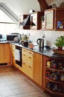 modernt coolt kök med elspis och trädekoration foto
