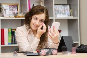 tjej på jobbet målar ögonbrynmascara foto