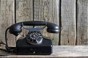 gammal retro telefon på vintage brädor foto