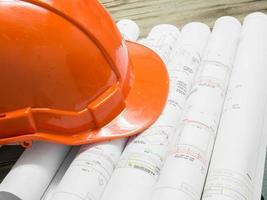hardhat på ur fokus arkitektonisk plan för kontorsbyggnad foto