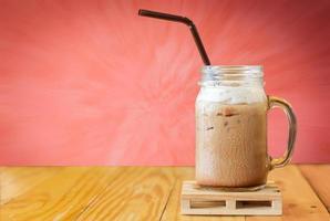 närbild på iskaffe på träbord foto