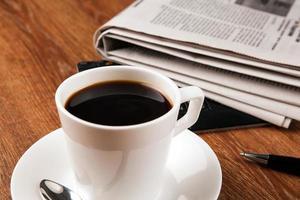 kopp kaffe och tidningen foto