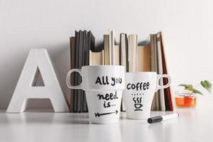 två vitt kaffemugg med diy dekoration. foto