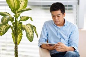 man med digital tablet foto