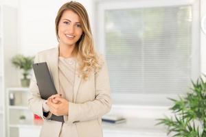affärskvinna med dokument foto