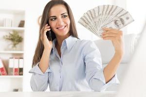 ung affärskvinna med dollar foto