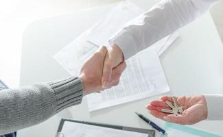 fastighetsmäklare som skakar hand med sin klient