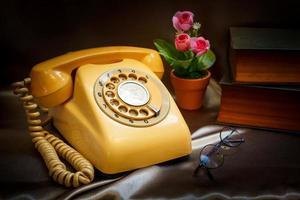 retro telefon och gammal bok. foto