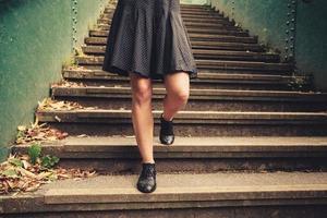 ung kvinna som går nerför trappan