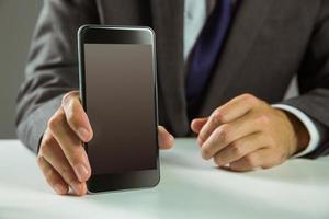 affärsman som visar sin smarta telefon