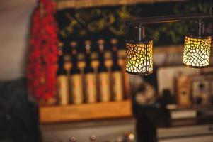 lampa i den vackra interiören i restaurangen foto