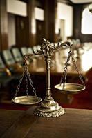 dekorativa skalor av rättvisa i rättssalen foto