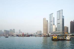horisont och moderna kontorsbyggnader i hongkong vid hamnen foto