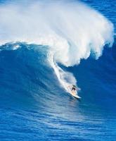 surfer ridning jätte våg foto