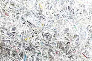 skrap papper från pappersskärare foto
