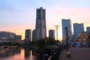 minato mirai av ljusa solnedgången foto