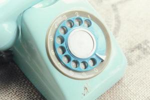 retro roterande telefon på naturlig linne konsistens foto