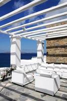 vitt hus och vackert havslandskap foto