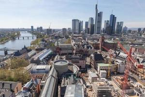 frankfurt, Tyskland med huvudfloden foto