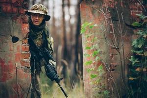 soldat med gevär i skogen foto