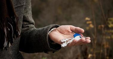 nycklar i handen foto