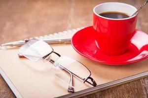 kopp med anteckningsbok foto