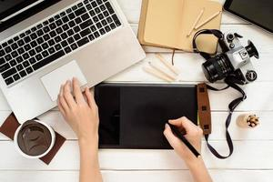 designer som använder en grafisk surfplatta i arbetet, fotoredigering ovanifrån foto