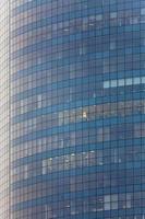 hög glasbyggnad i centrum. skyskrapa foto